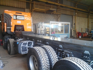 Fabrication et pose sur le véhicule d'un faux châssis pour recevoir la PK65002SH-F